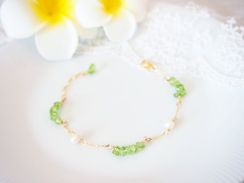 Anniewhere | Clouds Fluttering | Peridot Pearl Bracelet