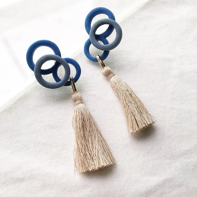 Oversized accents pierced earrings OVERLAP <Blue x Mocha Brown>