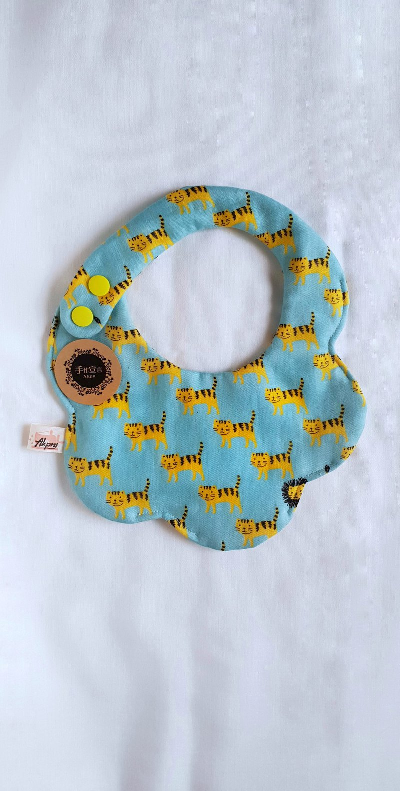 Tiger/Blue Bottom/Eight-ply 100% cotton double-sided arc bib. Saliva towel