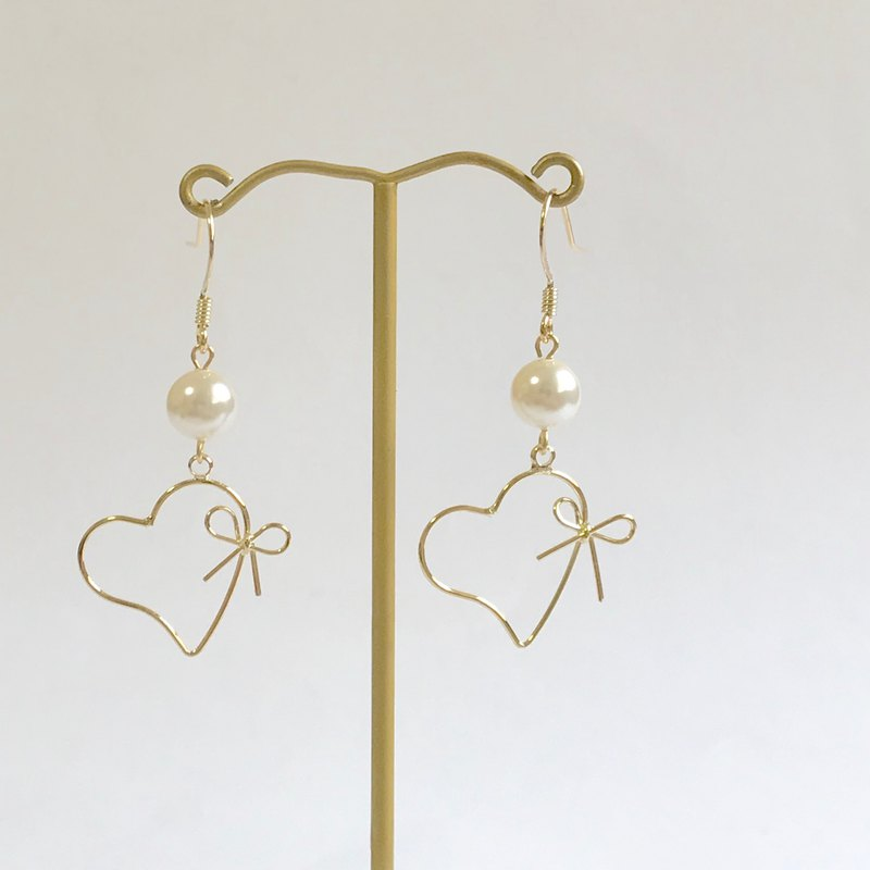 Heart and ribbon swarovski pearl gold earring