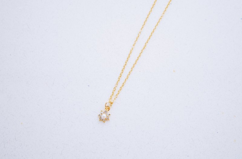 Memorial - small sun pearl zircon decorated with clavicle chain