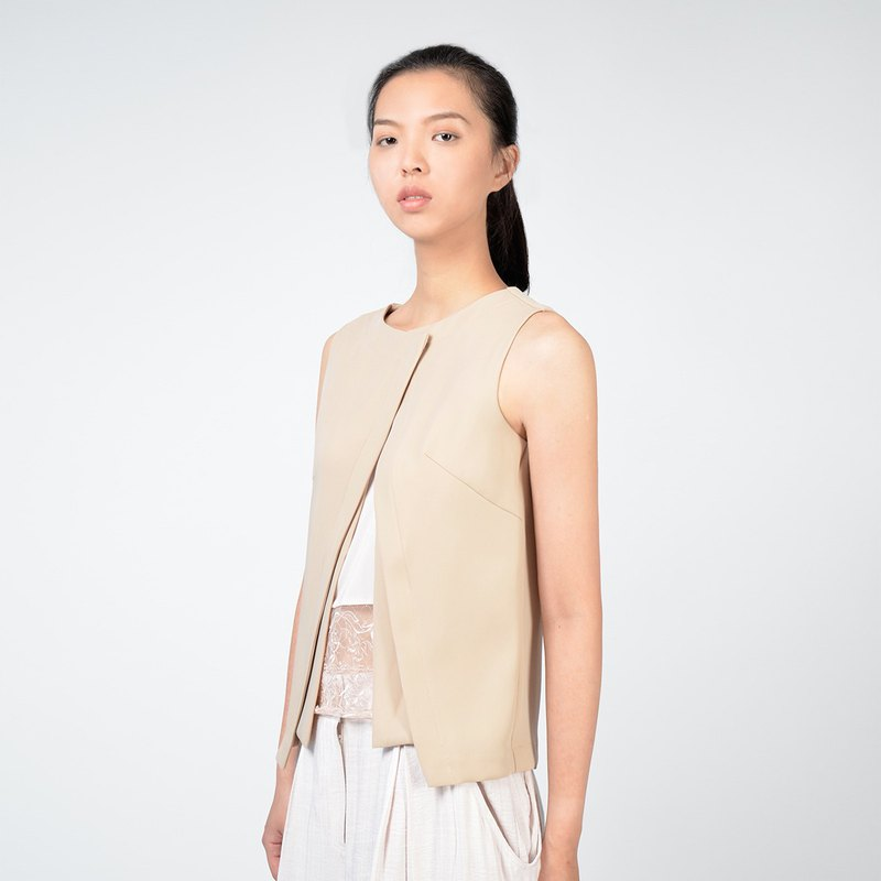 Fake two-piece design sleeveless top