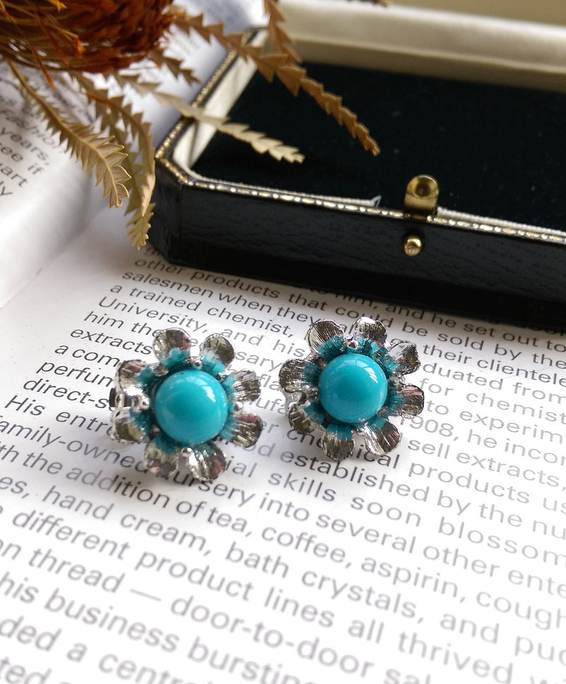 [Western antique jewelry / old age] 1970's blue small flower clip earrings