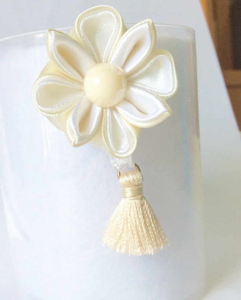 Kanzashi white ivory ribbon flower charm(つまみ細工)