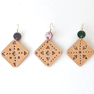 [endorphin] Palace window flower tanned leather hollow earrings