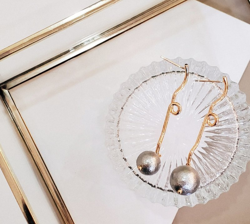 Temperament drooping streamlined ear with Japanese silver grey cotton pearl earrings