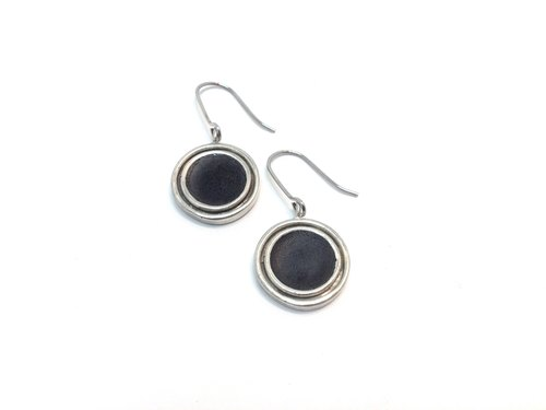 Ou Linda quater · Silver matte enamel earrings (Black Castle) | Olinda