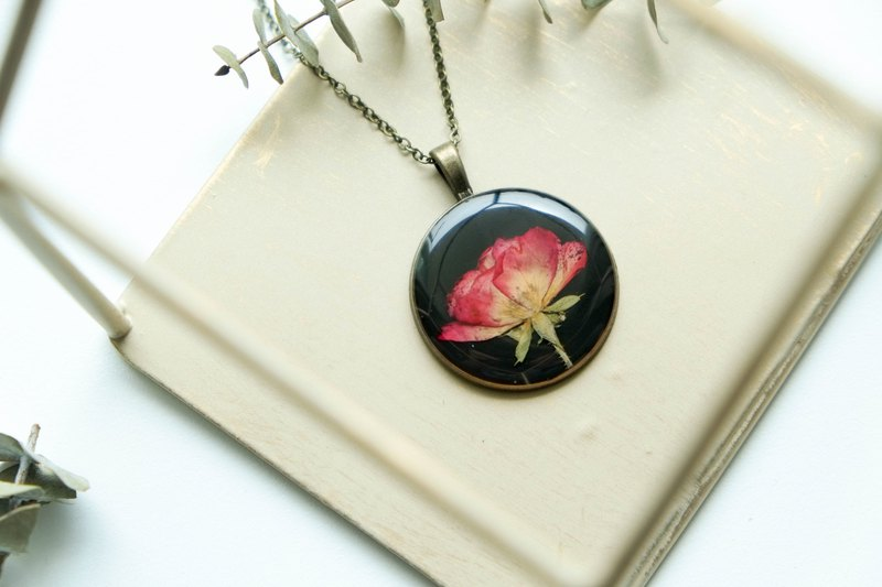 Rose (BG-Black) – Necklace 30 mm.