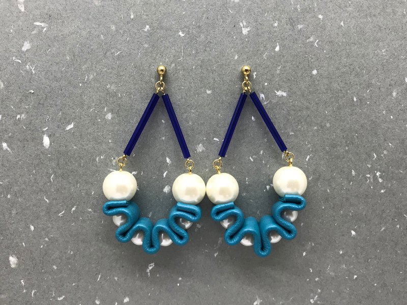 Merilokyuen | Swing Pearl // Blue Leather Earrings