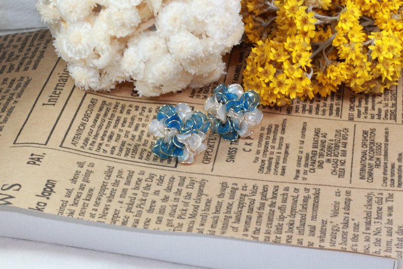 Dual color flower earring