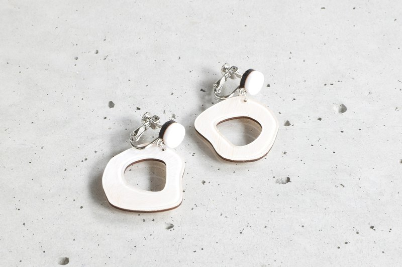 koishi Hole Earrings / WHITE