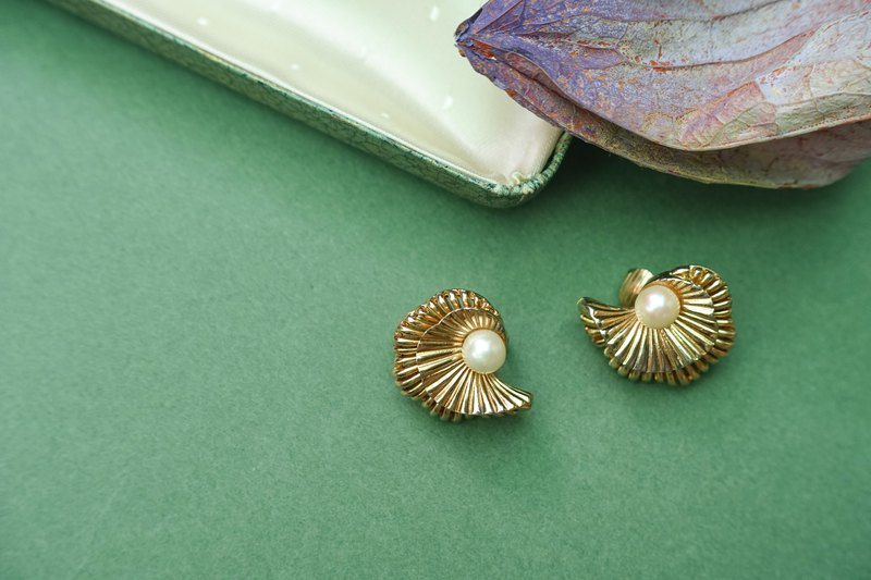 American New York independent designer antique brand Boucher basket empty pearl wave clip earrings
