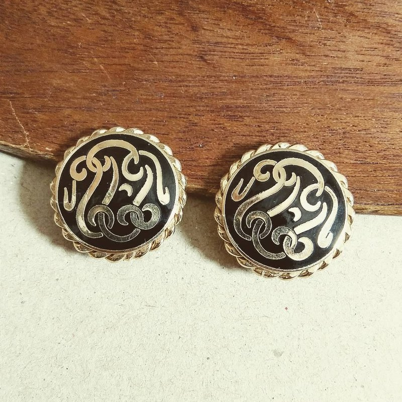 American antique jewelry retro black embossed totem gold round clip earrings / ear clip