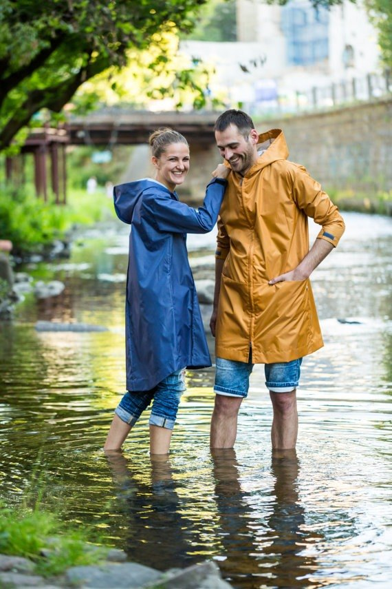 Unisex lightweight raincoat with two front pockets