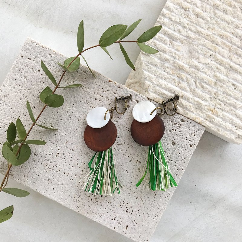 Raffia tassels and wood parts and shell earrings - Green