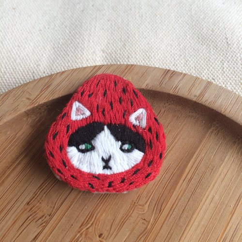 C'est trop Mignon \\ handmade embroidery embroidery * strawberry hat black and white cat brooch