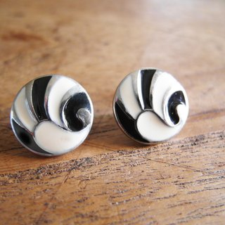 【Early hand earrings: black and white wings】