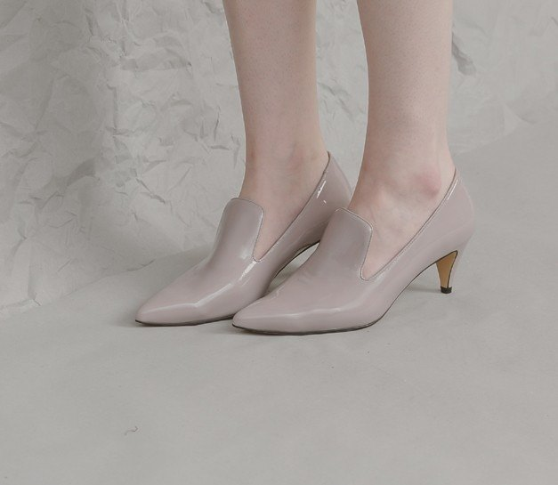 Retro woman's flaky pointed short heel shoes gray powder