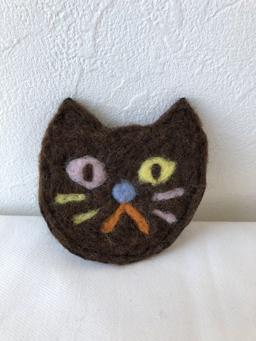 Cat brooch brown