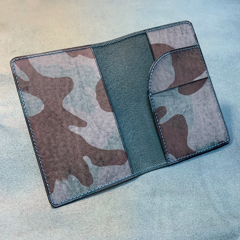Handmade vegetable tanned cowhide passport cover Italian vegetable tanning association certified camouflage fog wax leather and coffee vegetable tanned