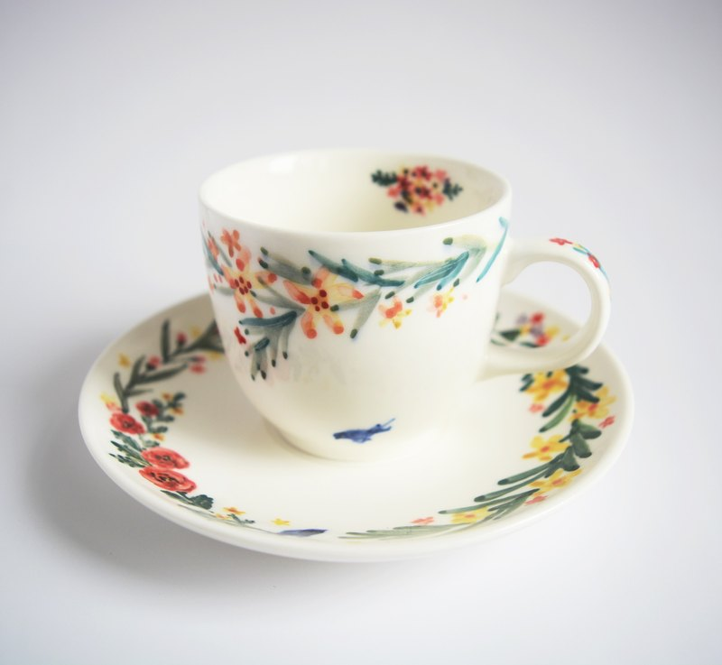 Hand-painted coffee cup with a small group of colored wreath Bluebird (spot) Christmas, exchanging gifts, fast arrival