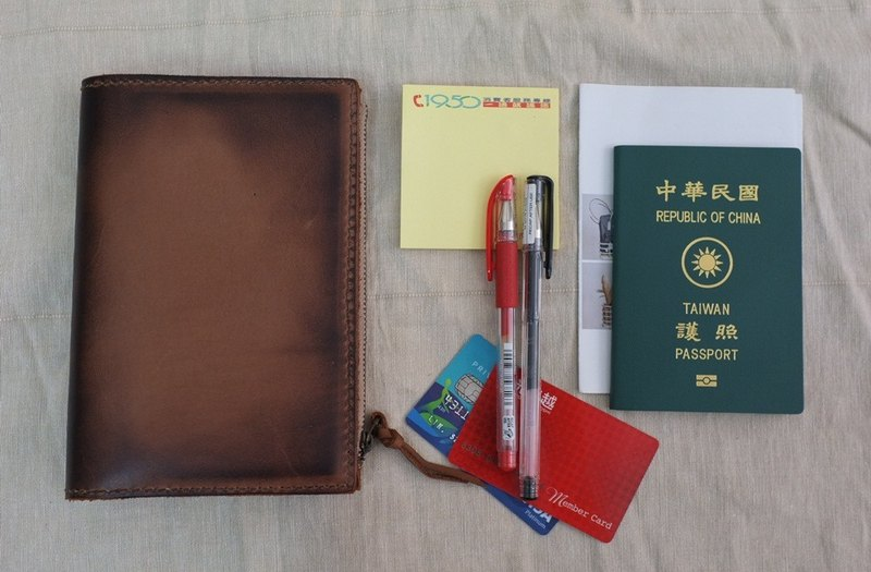 Burned, multi-functional passport sets / zipper book
