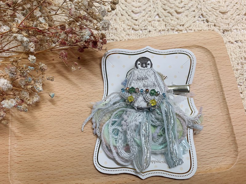 [skirt shake - glacial penguin] pin / hair clip / charm