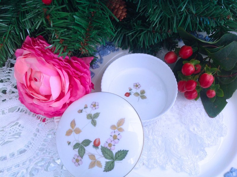 British bone china wedgwood Wild Strawberry wild strawberry round jewelry box Christmas gift