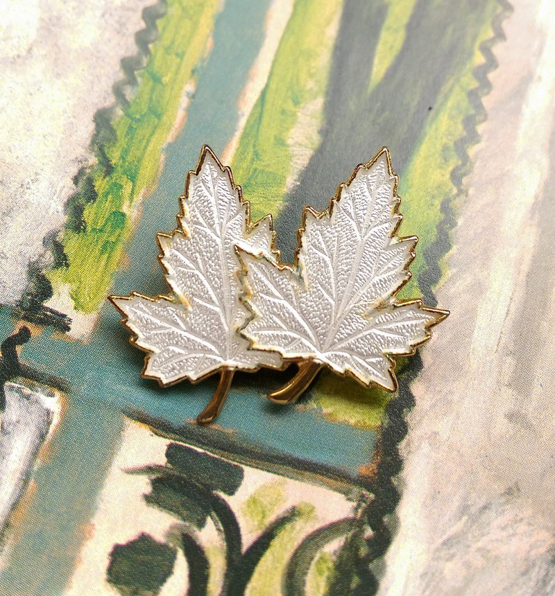[Western antique jewelry / old age] white 珐琅 leaf veins small maple leaf pin