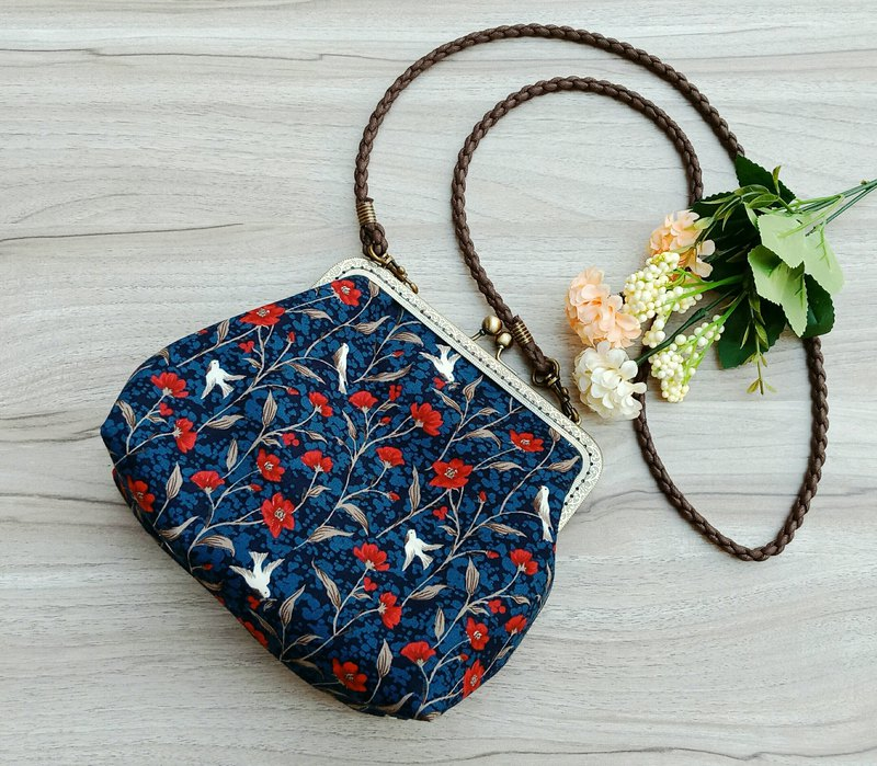 [Golden oblique backpack] Small red flower