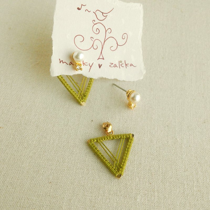 Pearl earrings with triangle macrame