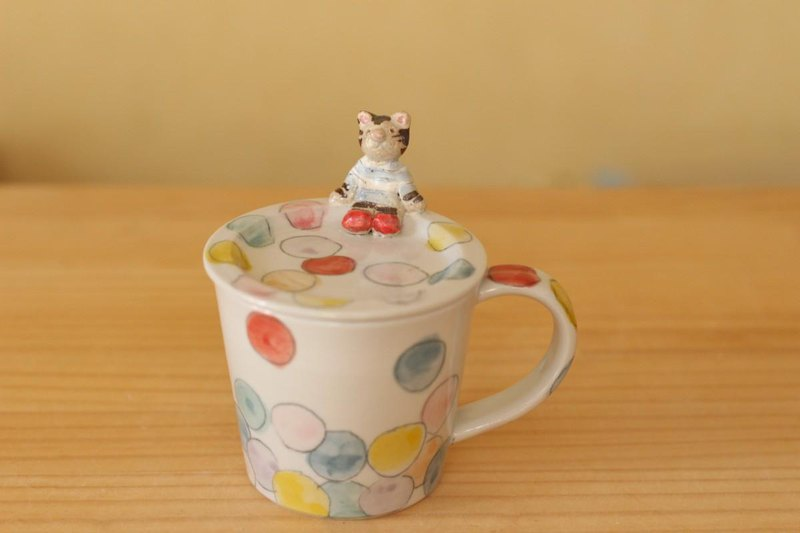 Colorful dot cup with lid with cat.