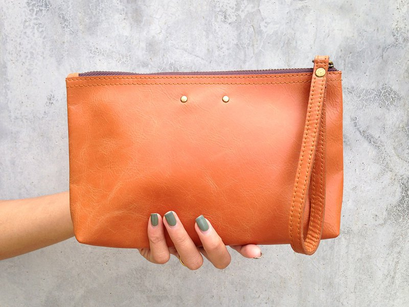 Leather pouch with 2 studs