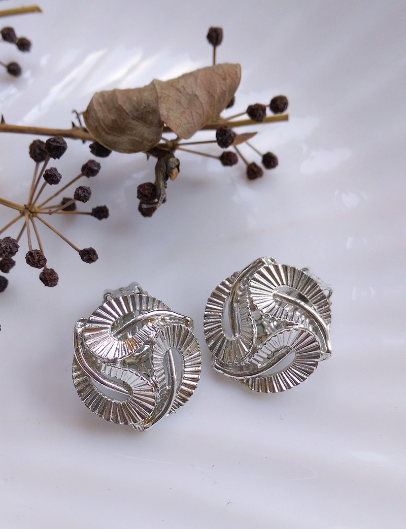 Western antique ornaments. LISNER rotating silver leaf clip earrings