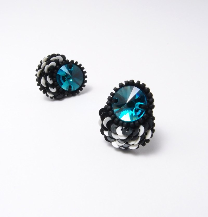 Petal Embroidery Earrings / Black & White